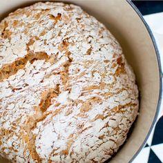 Rør saman ei deig på to minutt i kveld og server nysteikt brød i morgon Søk på eltefritt på www.kvardagsmat.no og finn ei oppskrift du likar #eltefritt #brød #kvardagsmatno