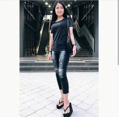 Platform Flip Flops, Flip Flop Shoes, Flip Flops Damen, Sexy Women, Women Wear, Womens Flip Flops, Long Shorts, Beautiful Asian Women, Skinny Pants