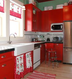 Strawberry kitchen decoration with red paint cabinets | Decolover.net