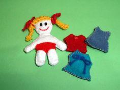 boneca de feltro e roupinhas com velcro para vestir a boneca na frente e atrás