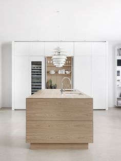 Solid wood kitchen with push to open doors FORM 45 - WHITE STAINED OAK by Multiform. Best Kitchen Designs, Modern Kitchen Design, Hidden Kitchen, New Kitchen, Luxury Kitchens, Cool Kitchens, Solid Wood Kitchens, Scandinavian Kitchen, Scandinavian Design
