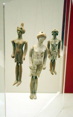 figurines articulées en terre cuite, Ve ‑ IVe siècle, musée national archéologique d'Athènes.