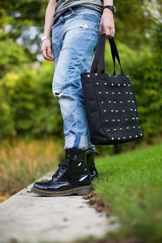 Casual Outfit - dr. Martens boots, studded shopper, boyfriend jeans