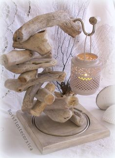 Photophore avec pied en bois flotté et socle en bois patin Photophore with floated wooden stand and patinated wooden base … Driftwood Projects, Driftwood Art, Beach Crafts, Diy And Crafts, Hanging Glass Terrarium, Stained Glass Flowers, Wood Lamps, Best Candles, Wood Creations