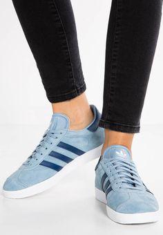 adidas Originals. GAZELLE - Baskets basses - tactile blue/mystery blue/white. Semelle de propreté:textile. Semelle d'usure:matière synthétique. Dessus / Tige:cuir / matière synthétique. Doublure:imitation cuir / textile. Fermeture:laçage. Bout de la chaussure:rond. Forme du ...