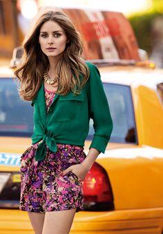 Le vert émeraude est une couleur en vogue et par le fait-même... ma pierre de naissance! Olivia la combine ici à un jumpsuit fleuri!