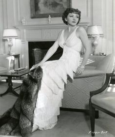 Claudette Colbert September 1903 – 30 July was a French-born American actress, and a leading lady for two decades.Colbert began her career in Broadway productions during the progressing to film with the advent of talking pictures. Hollywood Costume, Hollywood Fashion, Old Hollywood Glamour, Golden Age Of Hollywood, Vintage Glamour, Vintage Hollywood, Hollywood Stars, Classic Hollywood, Vintage Vogue