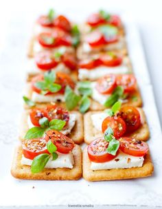 Mini sandwiches on crackers with mozzarella and tomatoes - Kalte Platten, Savory Snacks, Healthy Snacks, Easy Food Art, Tapas, Mini Sandwiches, Food Photography Tips, Food Platters, Finger Foods, Food Inspiration