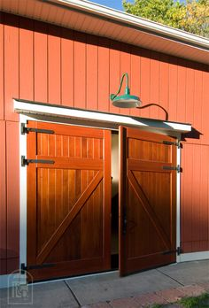 So you intend to get a garage doors as well as be a professional your first time out. We help the procedure of locating the best garage door ideas here! Barn Door Garage, Craftsman Garage Door, Garage Door Colors, Exterior Barn Doors, Carriage Garage Doors, Garage Door Windows, Modern Garage Doors, Garage Door Design, Garage Door Opener