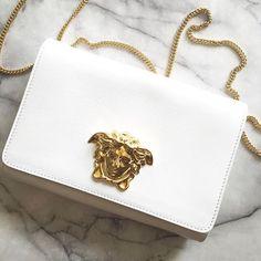 Versace medusa white and gold bag Medusa, Fashion Handbags, Fashion Bags, Fashion Outfits, My Bags, Purses And Bags, Trajes Kylie Jenner, Versace Bag, Versace Fashion