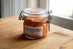 gram kikkererwten uit blik, uitgelekt 6 rode puntpaprika's 2 tenen knoflook, fijngehakte 4 volle el Tahin 1 scheutje olijfolie Sap van twee ...
