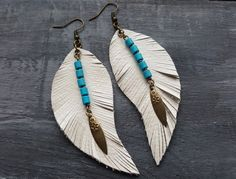 Leather feather earrings. Bronze and leather por VelmaJewelry