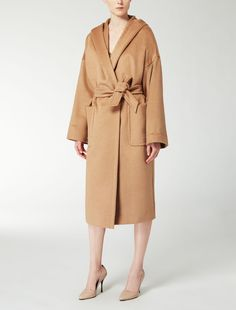Max Mara GOLOSO kamel: Mantel aus Kamelhaar. Find your outfit on the Official Max Mara Website and discover all that is new in ready-to-wear.