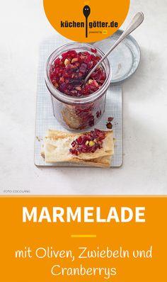 OLIVEN-ZWIEBEL-MARMELADE MIT CRANBERRYS - Hier braucht man etwas Geduld: Ganze 24 Stunden muss die Marmelade vor dem Servieren durchziehen. Aber das Warten lohnt sich! Ein perfektes Rezept fürs Partybuffet.