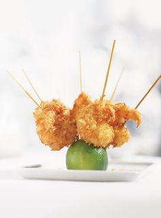 Recette de Ricardo de crevettes à la noix de coco. Ces crevettes frites à la…
