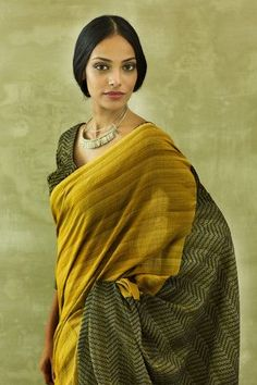 The makeup, very natural--that's how to line both eye lids, not so heavy. India Fashion, Ethnic Fashion, Male Fashion, Asian Fashion, Indian Attire, Indian Ethnic Wear, Saris, Indian Dresses, Indian Outfits