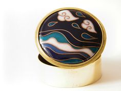 Enamel jewelry de Evita Pulgarcita. Pastillero de latón con esmalte cloisonné