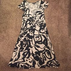 Black and white patterned dress size large Express black and white patterned dress, size large, sleeves cover shoulders, has knot design on chest, length from shoulder to bottom is about 40 inches, 95% rayon and 5% spandex. Super comfy and lightweight dress! Great condition!! Express Dresses Midi