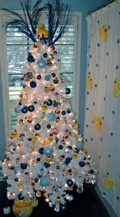 Rubber Duck Christmas tree   ...........click here to find out more     best way to decorate your tree. #rubberduckie #duck http://googydog.com