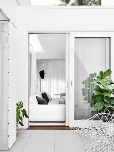 indoor / outdoor perfection (via Fiona Lynch | South Yarra Home | Est Magazine photo: Brooke Holm, styling: Marsha Golemac)