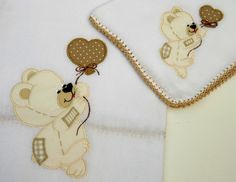 Jogo de babitas bordadas e acabamento em crochê.    Tamanho: Babita - 32 x 32 cm; Fralda - 67 x 67 cm    Tecido: Fralda Cremer Luxo - 100% algodão