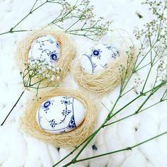 Hand painted Easter eggs in blue & white .. ~*~ ------------------------------------ . . #april #tv_nature #tv_living #flowerstagram #flowermagic #flowerlovers #flatlay #flatlaytoday #flatlayforever #boliginspiration #springtime #springfeeling #forår2017 #klokkeblomst #frommygarden #haveliv #bellapastels #stillifephotography #ig_4every1 #ig_4every1_flatlay #prettycreativestyle #coffeestoriesandflowe