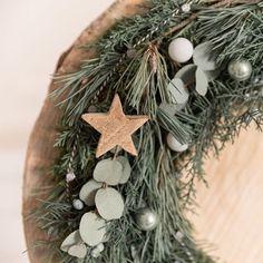DIY-Anleitung für Einsteiger: Adventskranz binden (mit Eucalyptus) Xmas Decorations, Grapevine Wreath, Grape Vines, Hanukkah, Christmas Wreaths, Holiday Decor, Home Decor, Link, Winter