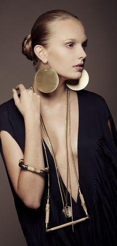 très C H I C Modern Jewelry, Jewelry Art, Jewelry Accessories, Fashion Accessories, Fashion Jewelry, Bold Jewelry, Geometric Jewelry, Contemporary Jewellery, Jewelry Ideas