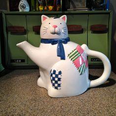 Сьюзен Уингет Cat TEAPOT  Этот кот чайник 9 '' высотой, белый с розовыми, зелеными и синими пятнами, с голубым бантом, вокруг шеи.