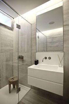 carrelage gris clair, tabouret en bois et vasque blanche