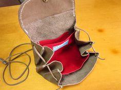 アコーディオン型のお財布ポシェットをお作りしました。 軽快になる、春夏のコーディネートにピッタリです。♪♪全て蠟引き糸で手縫いです。♪素材・牛皮色・グレーサイ...|ハンドメイド、手作り、手仕事品の通販・販売・購入ならCreema。