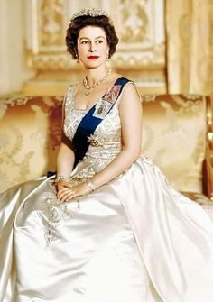 Queen Elizabeth Ii, The Crown, British Royals, Old School, Royalty, Sari, Glamour, Wedding Dresses, Beautiful