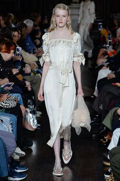 Simone Rocha Spring 2018 Ready-to-Wear Fashion Show Collection Vogue Fashion, Fashion Art, Runway Fashion, High Fashion, Fashion Brands, Fashion Beauty, Fashion Design, Fashion Show Collection, Mode Inspiration