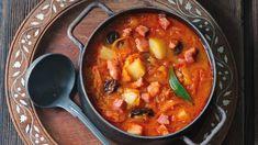 Polévka je grunt a zelí plné vitamínů, to je jistá věc. A ještě když je zelíčko domácí, není nic lepšího než pořádná zelňačka doplněná hezky masitou klobásou. Curry, Menu, Ethnic Recipes, Soups, Food, Bing Images, Menu Board Design, Curries, Essen