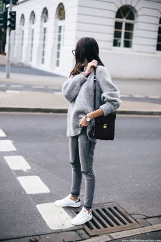 Grey mohair sweater street style with stan smith white and black sneakers (pastel hair outfit Stan Smith Branco, Stan Smith White, Fashion Mode, Look Fashion, Fashion Trends, Street Fashion, Fall Fashion, Fashion Ideas, Fashion Clothes