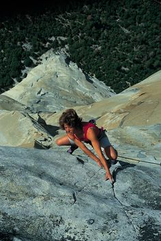 Climbing legend Lynn Hill on the last pitch of The Nose, El Cap, Yosemite, 1993 Lynn Hill, Climbing Girl, Ice Climbing, Climbing Holds, Yosemite Climbing, Photo Vintage, Escalade, Yoga, Extreme Sports