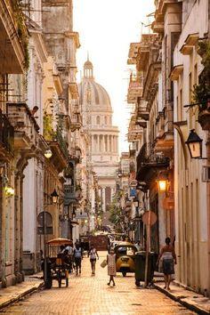 Blick auf das in den zwanziger Jahren erbaute Kapitol: Als größte koloniale Altstadt Lateinamerikas wurde das historische Zentrum Havannas bereits 1982 als Unesco-Weltkulturerbe anerkannt.