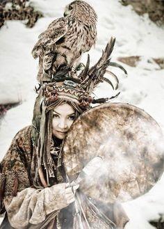 Female KAM (Shaman) drumer from the northeast of Siberia, Turan. Shaman Woman, Drum Tattoo, Mask Dance, Religion, Divine Mother, Tribal People, Indigenous Art, Japanese Prints, Female Art