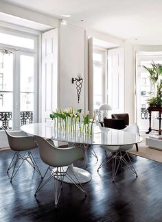 white! Saarinen table with Eames chairs and tulips?!  Amazing!