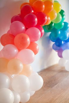 Mini Rainbow Balloon Arch DIY (picture by Paul Ferney) Rainbow Parties, Rainbow Birthday Party, Rainbow Theme, Unicorn Birthday Parties, Birthday Balloons, Unicorn Party, Kids Rainbow, Mini Balloons, Rose Gold Balloons