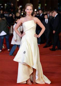 JENNIFER LAWRENCE  La joven actriz continúa derrochando glamour durante su gira mundial de promoción de su nuevo filme, Hunger Games: Catchi...