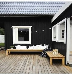 Exterior Paint Colors - You want a fresh new look for exterior of your home? Get inspired for your next exterior painting project with our color gallery. wood house ✔ 50 Best Exterior Paint Colors for Your Home Café Exterior, Best Exterior Paint, Design Exterior, Black House Exterior, Exterior Paint Colors, Exterior House Colors, House Paint Exterior, Paint Colours, Outdoor Spaces