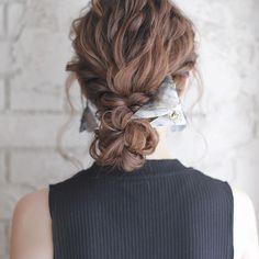 結婚式のお呼ばれヘアスタイルっていつも迷いますよね?人とは被りたくないし、でもおしゃれに結婚式に出たい!ってみんな思っているハズ。結婚式にお呼ばれした時の主役級に可愛いヘアスタイルを集めてみましたのでお気に入りのヘアアレンジを探してみて下さい。アクセサリーや髪の毛の止める位置などでだいぶ印象が変わってきますよ。