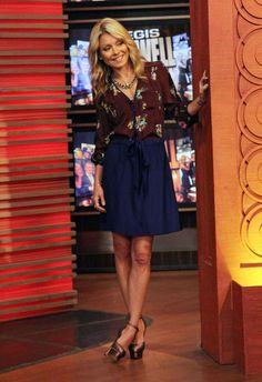 Kelly Ripa Print Blouse - Kelly Ripa looked ultra-feminine in a chocolate floral print blouse and a blue flared skirt. Kelly Ripa Hair, Pretty Outfits, Cute Outfits, Work Outfits, Arab Fashion, Fashion Women, Hollywood Fashion, Hollywood Style, Professional Attire