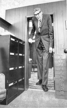 Donald A. Koehler is one of 17 known people in medical history to reach a height of 8 feet or more. He was generally recognized as the tallest living man in the world from at least 1969 until his death in - iFunny :) Giant People, Big People, Tall People, Human Giant, Nephilim Giants, Giant Skeleton, Human Oddities, Medical History, Tall Guys