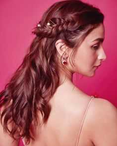 Easy And Trending Hairstyles For Sister Of The Bride! # indian Hairstyles Easy And Trending Hairstyles For Sister Of The Bride! Open Hairstyles, Easy Hairstyles For Long Hair, Trending Hairstyles, Unique Hairstyles, Bride Hairstyles, Alia Bhatt Hairstyles, Lehenga Hairstyles, Bollywood Hairstyles, Engagement Hairstyles