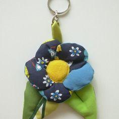 Porte-clés fleur  en tissu multicolore avec anneau brisé