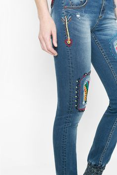 A jean that can adapt a to different styles, with ethnic details ideal for creating a variety of looks? Have no fear, the jean with adjustable elastic hem is here!