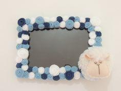 Porta retrato com uma simpática ovelhinha. Flores confeccionadas em feltro.  Tamanho para a foto: 10x15cm.  Fazemos também em outras cores e temas.