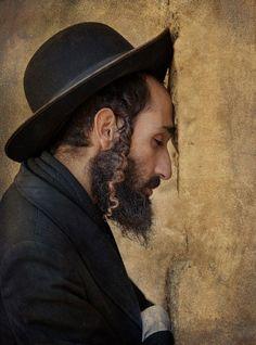 Israel (foto de Leon Forado) ~ Me encanta esta foto. A mí me muestra el lugar de encontrar a Di-s en el corazón. No importa lo que la gente hace o dice, cómo se visten las personas o rezan ... todos nos reunimos en ese lugar central donde tocamos a Di-s y somos tocados en la espalda.
